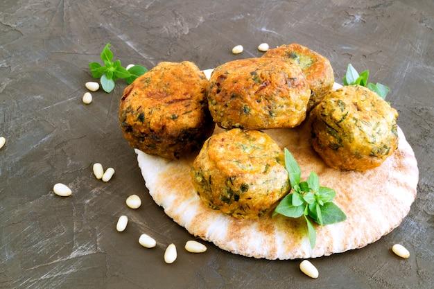 Arabisches essen. hummus und falafel auf einem grauen hintergrund.