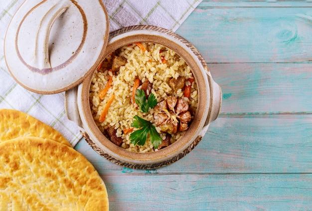 Arabisches gericht mit reis, fleisch, karotten und fladenbrot.