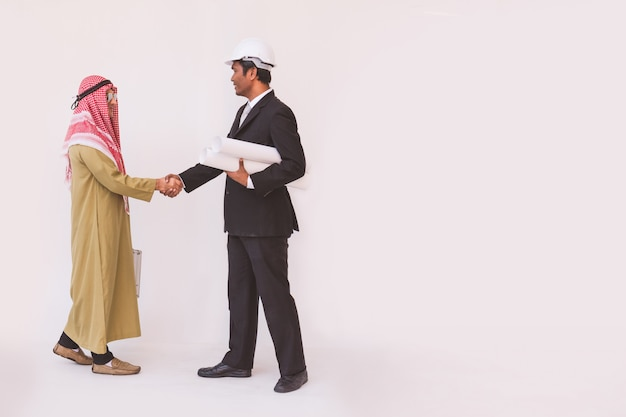 Arabisches geschäftsmann- und vorarbeiterarbeitskrafthändeschütteln
