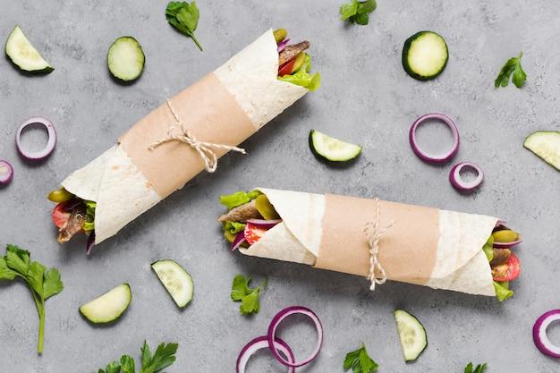 Arabisches kebab-sandwich, eingewickelt in dünne pita-flachlage