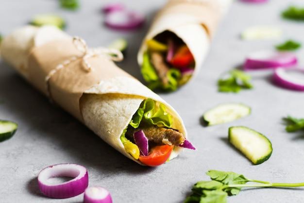 Arabisches kebab-sandwich eingewickelt in dünne pita