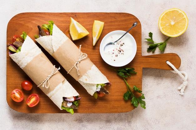 Arabisches kebab-sandwich und die hälfte der zitrone