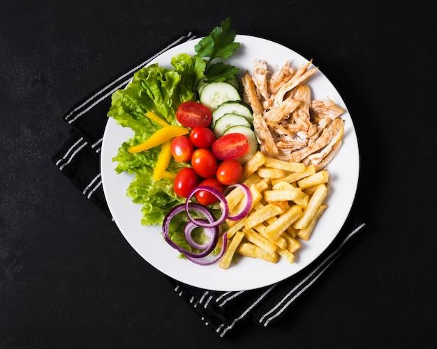 Arabisches kebab-sandwich und gemüse mit pommes frites