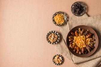 Arabisches nahrungsmittelkonzept für ramadan mit copyspace auf die oberseite