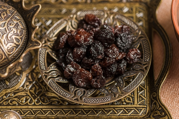Arabisches nahrungsmittelkonzept für ramadan mit rosinen