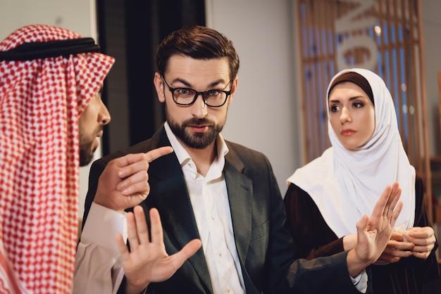 Arabisches paar an der rezeption des therapeuten argumentiert