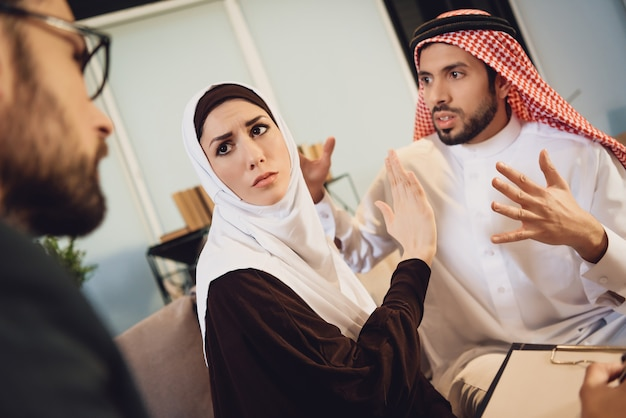 Arabisches paar an der rezeption mit einem therapeuten streiten.