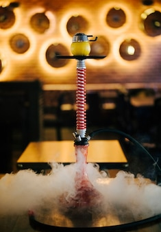 Arabisches rauchendes shisha mit dampf in einem restaurant.