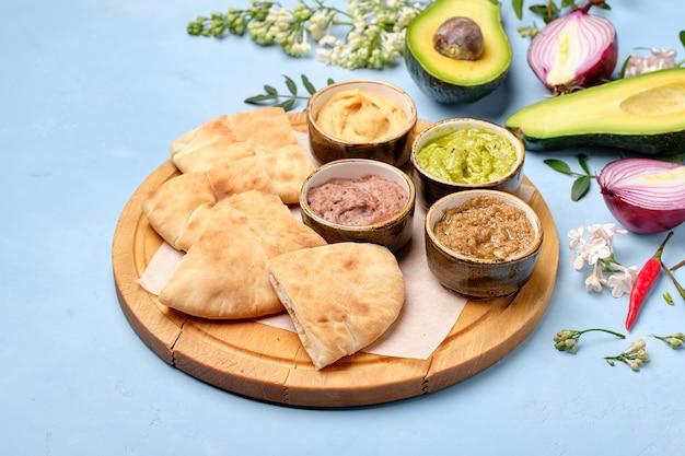 Arabisches traditionelles fladenbrot mit leckerem guacamole