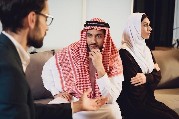 Arabisches verheiratetes paar im streit am psychologen