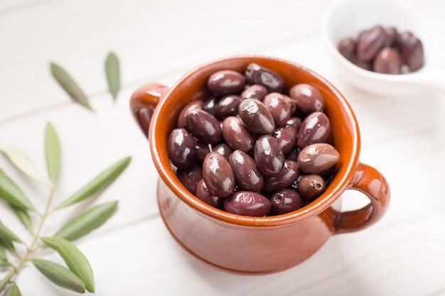 Aragon oliven auf rustikalen schüssel