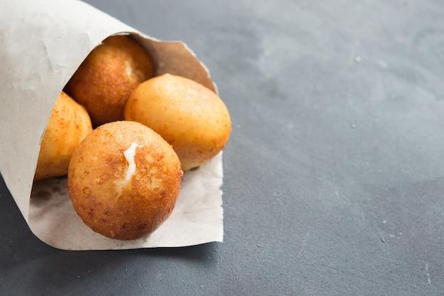 Arancini, traditionelle italienische reis- und käsebällchen