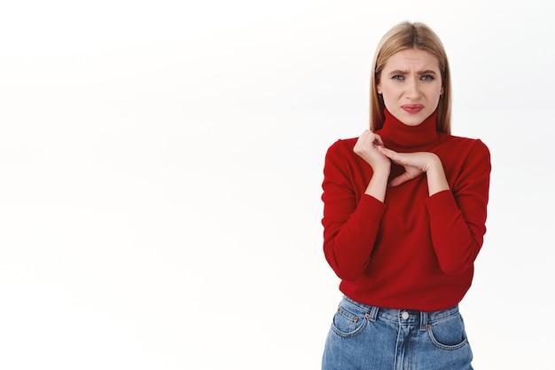 Arbeit, karriere und lifestyle-konzept. porträt einer wählerischen, ignoranten blonden frau, die sich vor etwas ekelhaftem zusammenzuckt