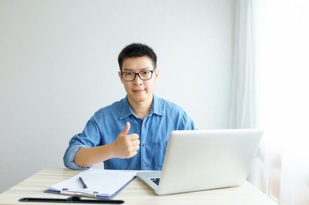 Arbeit von zu hause aus junger freiberufler oder geschäftsmann, der zu hause mit einem smartphone-tablet arbeitet.