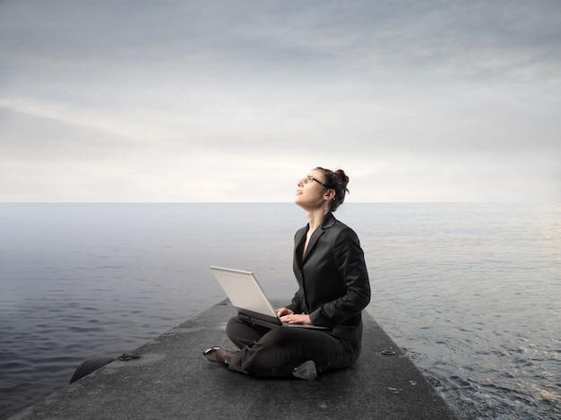 Arbeiten an einem laptop in der natur