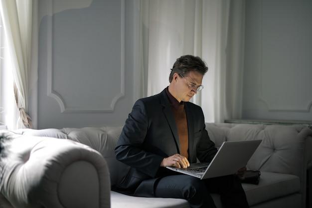 Arbeiten an einem laptop