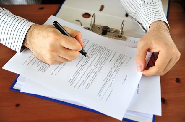 Arbeiten an geschäftspapieren und dokumenten