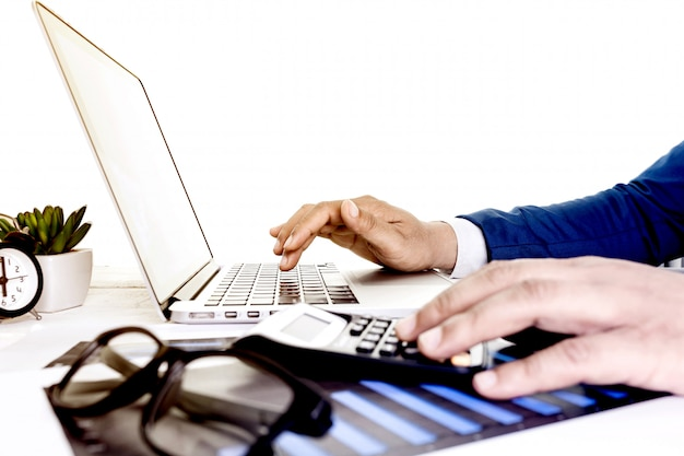 Arbeiten an tischplattenlaptop-computer mit taschenrechner für die herstellung des geschäfts