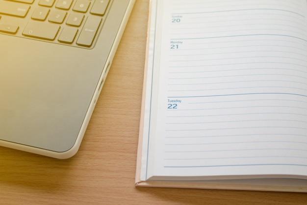 Arbeiten mit dem laptop und organisieren