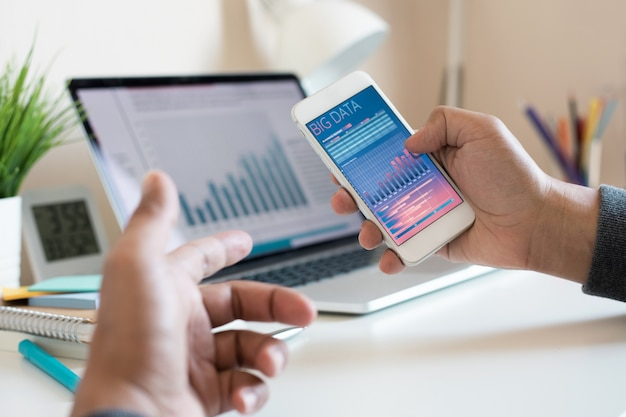 Arbeiten mit digitaler technologie und big data-informationen