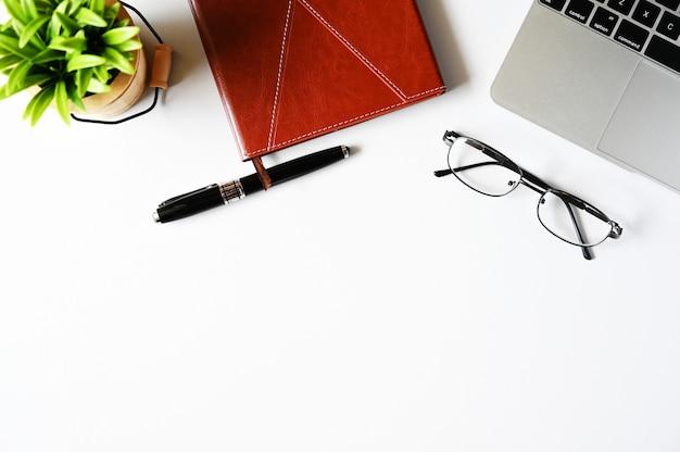 Arbeiten mit laptop-computer und kaktus copyspace auf tabellenhintergrund beschneidungspfad eingeschlossen