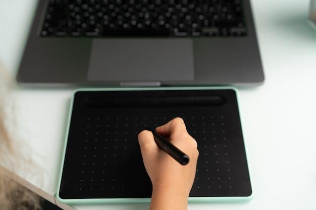 Arbeiten sie an einem laptop und einem grafiktablett