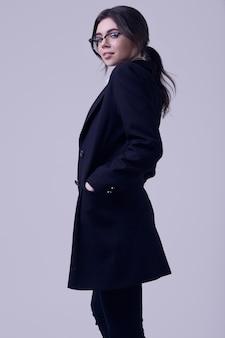 Arbeiten sie die brunettefrau um, die eine gestreifte bluse und eine schwarze jacke trägt