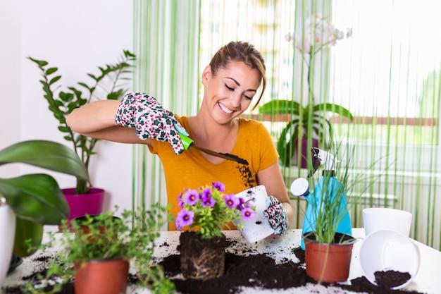 Arbeiten sie im garten und pflanzen sie töpfe. frau gartenarbeit in töpfen. pflanzenpflege. gartenarbeit ist mehr als hobby