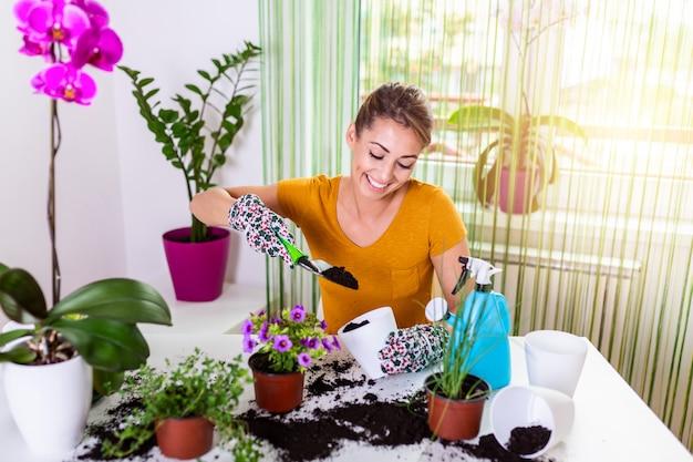 Arbeiten sie im garten und pflanzen sie töpfe. frau gartenarbeit in töpfen.