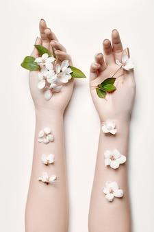 Arbeiten sie kunsthandfrau in der sommerzeit und blumen auf ihrer hand um