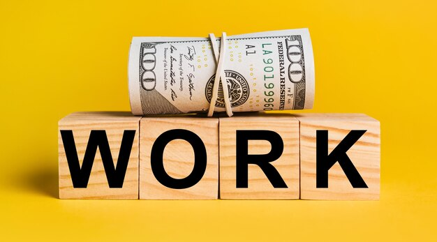 Arbeiten sie mit geld auf einem gelben hintergrund.
