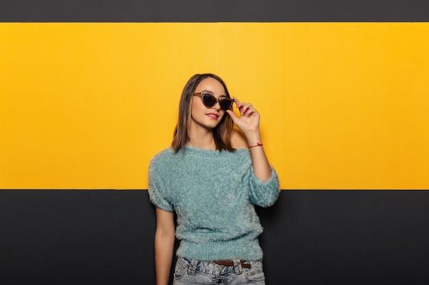 Arbeiten sie porträt einer anziehenden, stilvollen frau mit sonnenbrille um