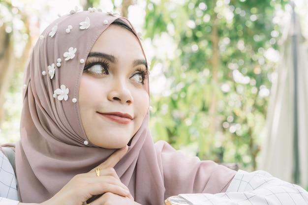 Arbeiten sie porträt von jungen schönen moslemischen womann moslems um.