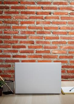 Arbeiten sie vom home-office-schreibtisch mit der rückseite des laptops im zimmer