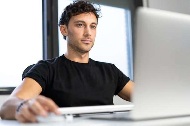 Arbeiten sie von zu hause aus mit dem computer im büro