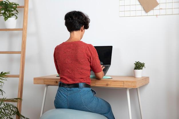 Arbeiten von zu hause aus an einem ergonomischen arbeitsplatz