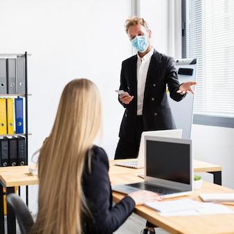 Arbeiten während des covid-at-office-konzepts