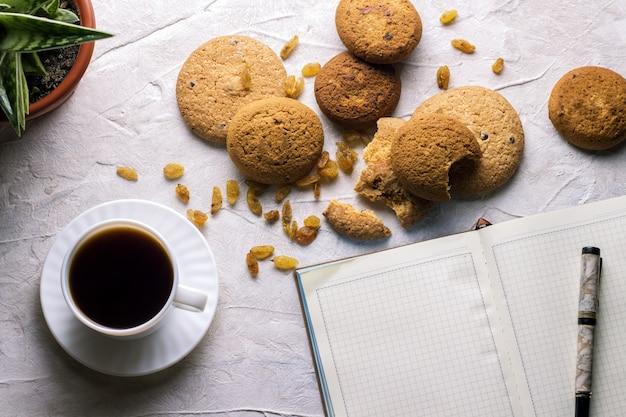 Arbeiten wochentage tagebuch cookies blume in einem topf auf hellem hintergrund