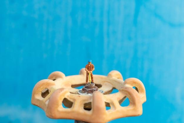 Arbeitende klempner installieren wasserleitungen und prüfen schäden an wasserpumpenmaschinen