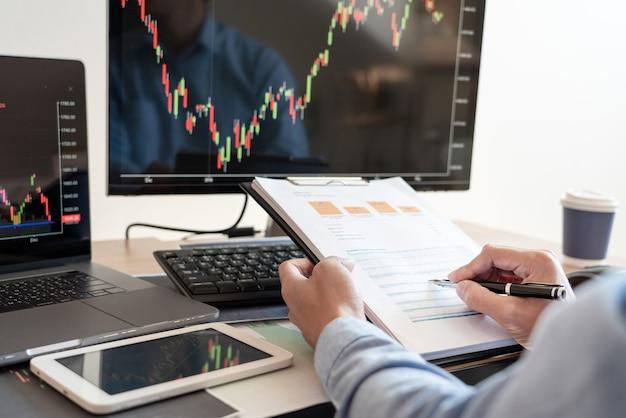 Arbeitender geschäftsmann, maklerteam oder händler, die auf mehreren computerbildschirmen über forex sprechen
