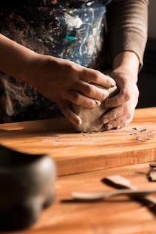 Arbeitender hersteller mit argil als material