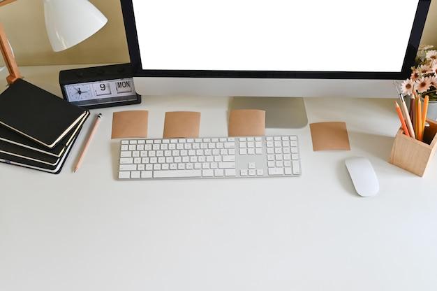 Arbeitender kreativer arbeitsplatz mit computer und bürozubehör, draufsichtarbeitsplatz.