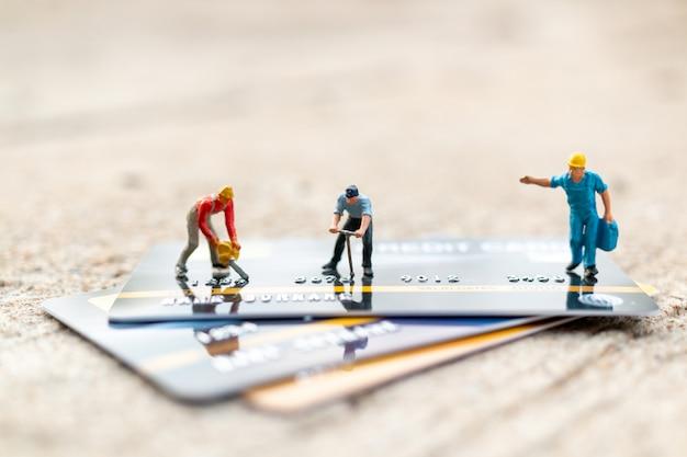 Arbeiter arbeiten an kreditkarte