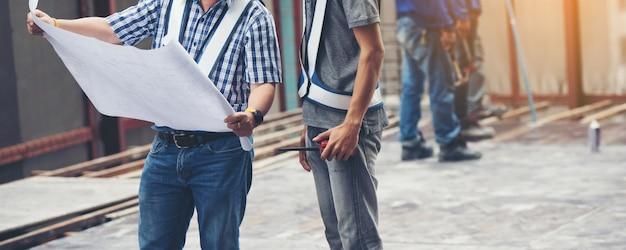 Arbeiter baumeister vorarbeiter ingenieurberuf arbeitet mit baustelle