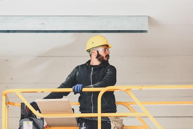 Arbeiter baut eine gipskartonwand