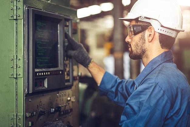 Arbeiter bedienen cnc-maschine mit g-code-monitor