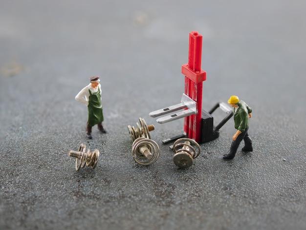 Arbeiter benutzen gabelstapler