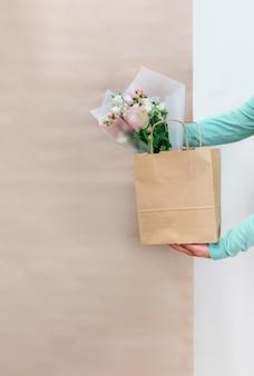 Arbeiter blume rosa lieferservice packtasche box schürze packer versand online geöffnet