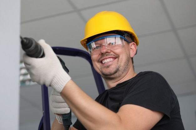 Arbeiter bohren wand im raum