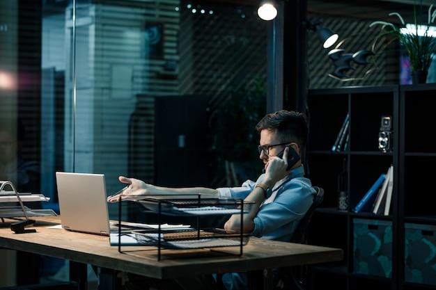 Arbeiter, der am telefon spricht